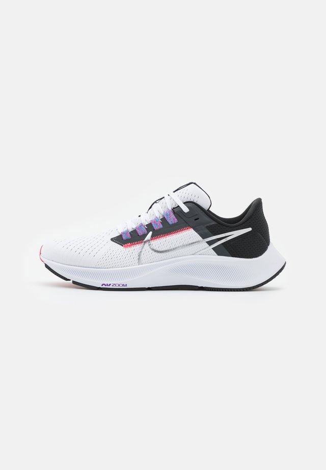 AIR ZOOM PEGASUS 38 - Chaussures de running neutres - white/metallic silver/black/flash crimson/anthracite/wild berry