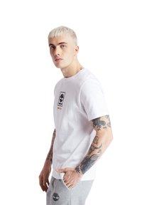 Timberland - SS LOGO PLAY - T-shirts print - white - 4
