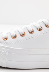 Converse - CHUCK TAYLOR ALL STAR LIFT - Tenisky - white - 2