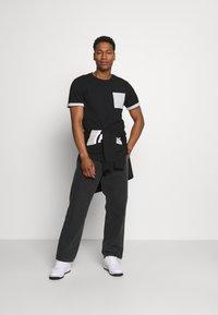Only & Sons - ONSMATT LIFE LONGY CONTRAST TEE - Print T-shirt - black - 1