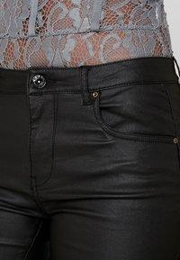 ONLY Tall - ONLLOULOU PUSHUP COAT PANTS - Pantalon classique - black - 6
