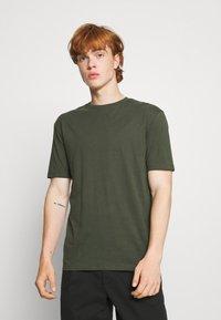 Newport Bay Sailing Club - 5 PACK - T-shirt - bas - white/forest green/burgundy - 4