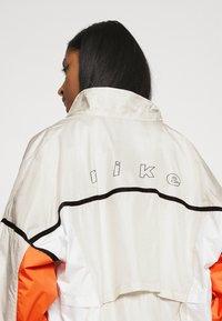 Nike Sportswear - ARCHIVE RMX - Chaqueta de deporte - light bone/white/healing orange - 6