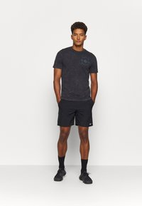 Under Armour - RUN ANYWHERE - T-shirt con stampa - black