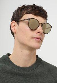 Le Specs - SWIZZLE (LE TOUGH) - Aurinkolasit - matte tortoise - 1