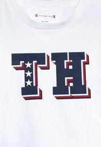 Tommy Hilfiger - BABY BOY TEE - Triko spotiskem - bright white - 4
