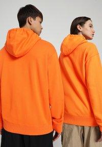 Napapijri - B-PATCH HOOD - Hoodie - orangeade - 3