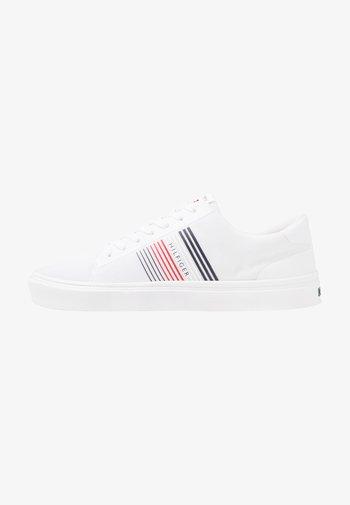 LIGHTWEIGHT STRIPES - Sneakersy niskie - white