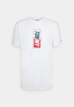 VERTICAL GRAPHIC TEE - Printtipaita - white
