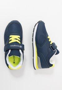 Champion - LOW CUT SHOE ERIN UNISEX - Sports shoes - blue - 0