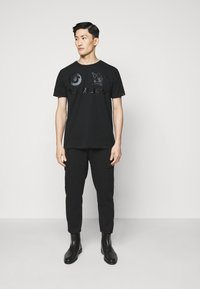 True Religion - CREW ALLOVER LOGO  - Camiseta estampada - black - 1