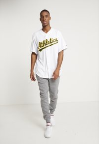 Fanatics - MLB OAKLAND ATHLETICS MAJESTIC COOL BASE HOME JERSEY - T-shirt imprimé - white - 1