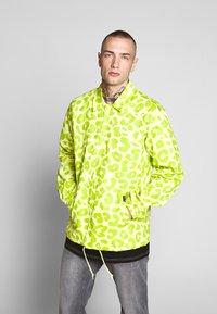 HUF - LEOPARD COACH JACKET - Summer jacket - hot lime - 0