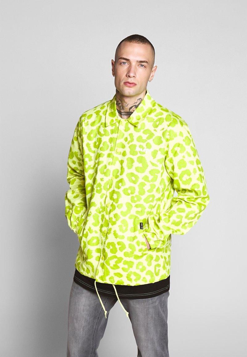 HUF - LEOPARD COACH JACKET - Summer jacket - hot lime
