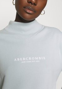 Abercrombie & Fitch - SEASONAL LOGO MOCK NECK CREW  - Sweatshirt - light blue - 5