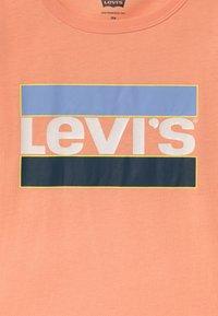 Levi's® - GRAPHIC - T-shirts med print - peach nectar - 2