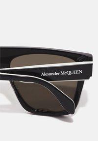 Alexander McQueen - UNISEX - Occhiali da sole - black/green - 2