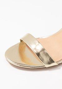 Dorothy Perkins - SHIMMER BLOCK HEEL - Sandaler med høye hæler - gold - 2