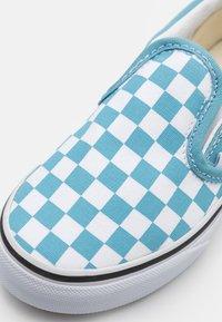 Vans - CLASSIC UNISEX - Sneakers - delphinium blue/true white - 5