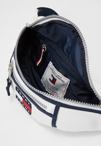 Tommy Jeans - HERITAGE BUMBAG CNVS - Bum bag - white - 2