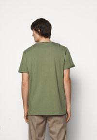 Les Deux - PIECE - Basic T-shirt - dark green/sand - 2