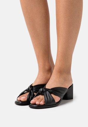 JENNA - Pantofle na podpatku - black