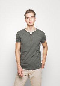 Pier One - T-Shirt basic - mottled olive - 0