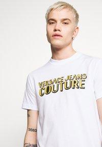Versace Jeans Couture - LOGO - T-shirt z nadrukiem - white - 5