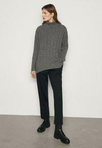Massimo Dutti - MIT AUFGENÄHTER TASCHE  - Trousers - blue-black denim - 1