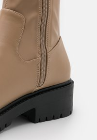 Rubi Shoes by Cotton On - LUG SOLE BOOT - Høye støvler - taupe smooth - 5