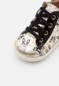 Shoo Pom - BOUBA DUCK - Chaussures premiers pas - platine/black - 5