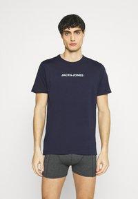 Jack & Jones - JACRAIN TEE 3 PACK - Pyžamový top - maritime blue/gray mist - 4
