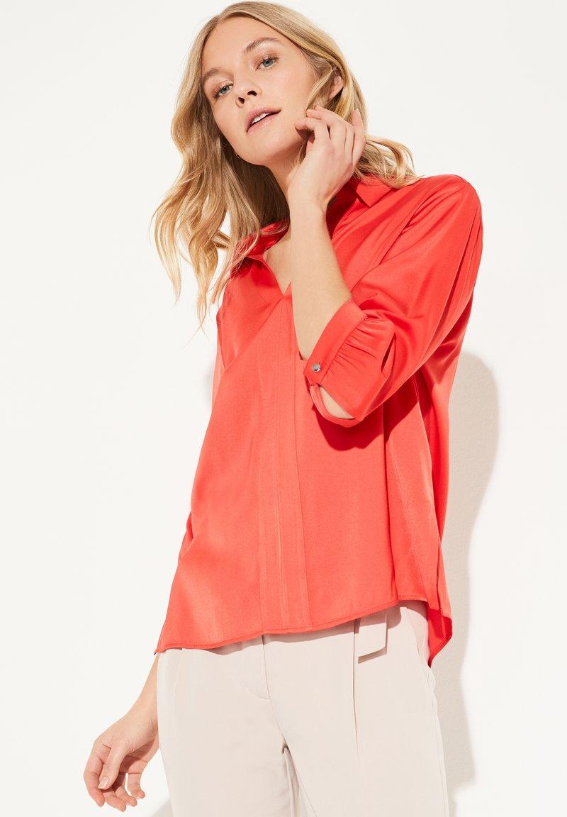 comma - MIT V-NECK - Blouse - milky red