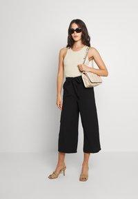 Pieces - PCKELLIE CULOTTE ANKLE PANT - Pantalones - black - 1
