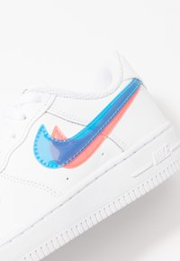 Nike Sportswear - FORCE 1 LV8  - Trainers - white/blue hero/bright crimson - 2