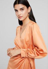 Fashion Union - FIQUE - Denní šaty - rust - 4