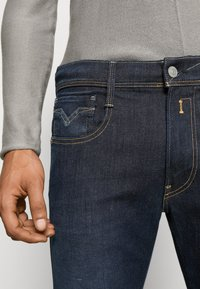 Replay - ANBASS HYPERFLEX RE-USED - Slim fit jeans - dark-blue denim - 4