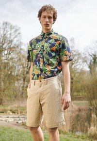 GANT - RELAXED - Shorts - dark khaki - 1