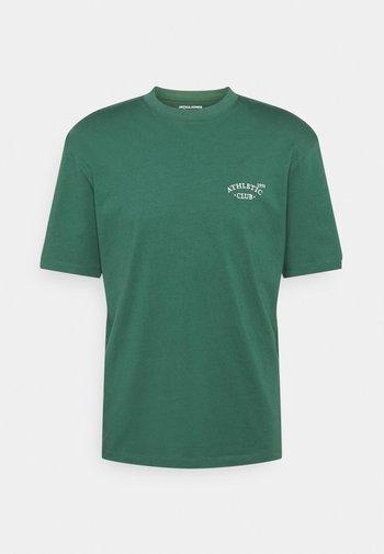 JORTOBIAS TEE CREW NECK CHEST UNISEX - Basic T-shirt - trekking green