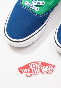 Vans - COMFYCUSH ERA UNISEX - Sneakersy niskie -  true blue/fern green - 5