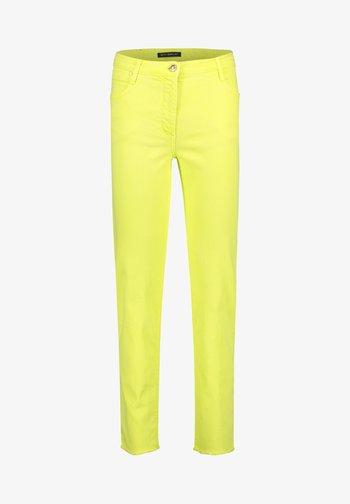 MIT OFFENEM SAUM - Slim fit jeans - neon yellow