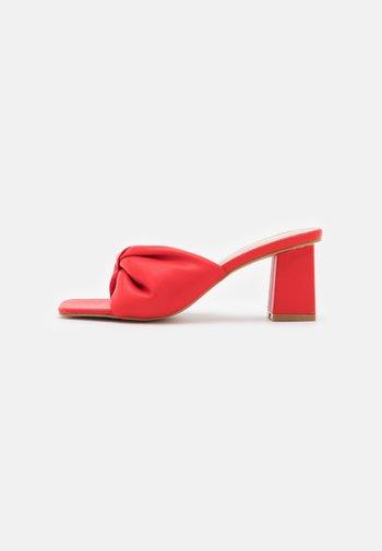 WIDE FIT KYOTO - Sandály s odděleným palcem - red