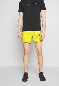 "Nike Performance - M NK FLX STRIDE SHORT 5"" TRAIL - Pantalón corto de deporte - speed yellow/black - 0"