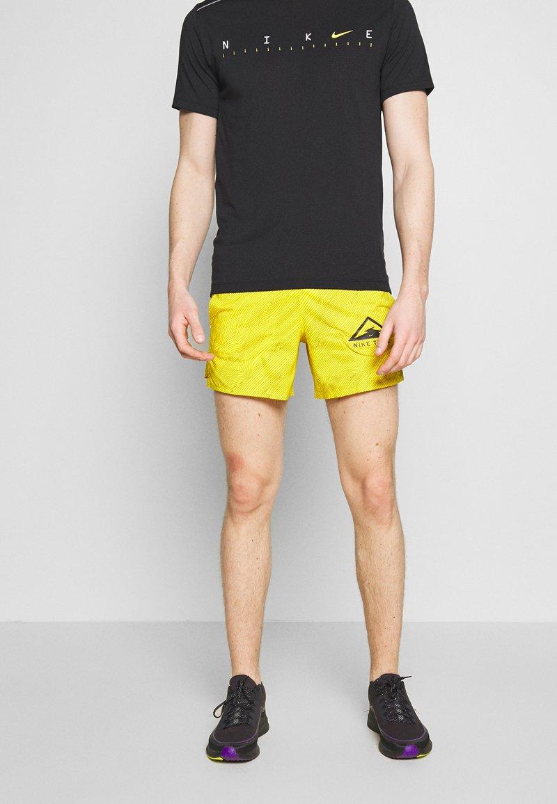 "Nike Performance - M NK FLX STRIDE SHORT 5"" TRAIL - Pantalón corto de deporte - speed yellow/black"