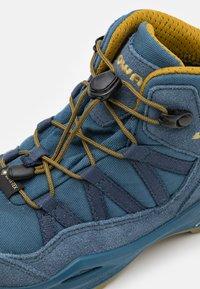 Lowa - ROBIN GTX UNISEX - Hiking shoes - stahlblau/senf - 5