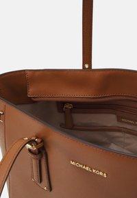 MICHAEL Michael Kors - VOYAGER TOTE - Handbag - luggage - 3