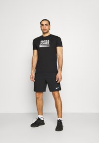 Jack & Jones Performance - JCOZ SPORT LOGO TEE 2 PACK - T-shirt med print - black/forest night - 0