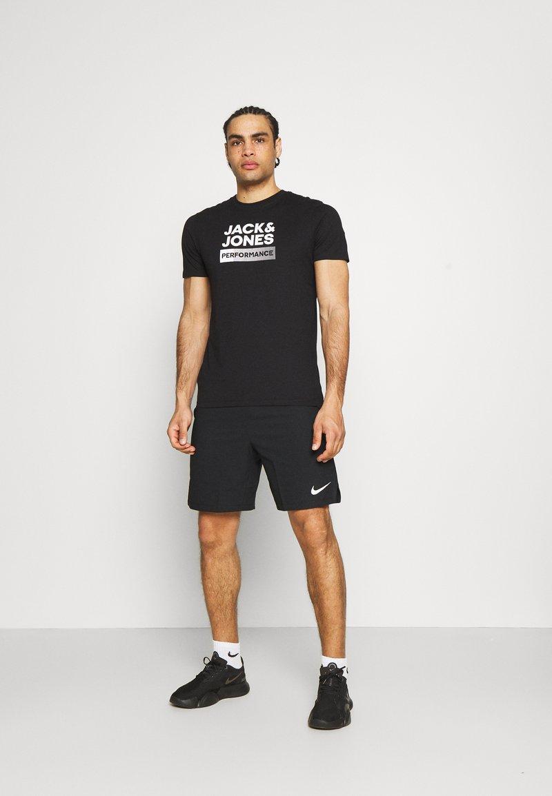 Jack & Jones Performance - JCOZ SPORT LOGO TEE 2 PACK - T-shirt med print - black/forest night