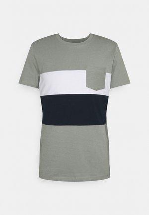 CUTLINE  - Print T-shirt - greyish shadow olive