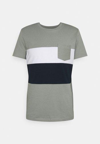 CUTLINE  - T-shirt z nadrukiem - greyish shadow olive